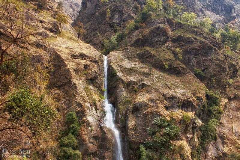 Виды по дороге в гималаях, водопад в горах