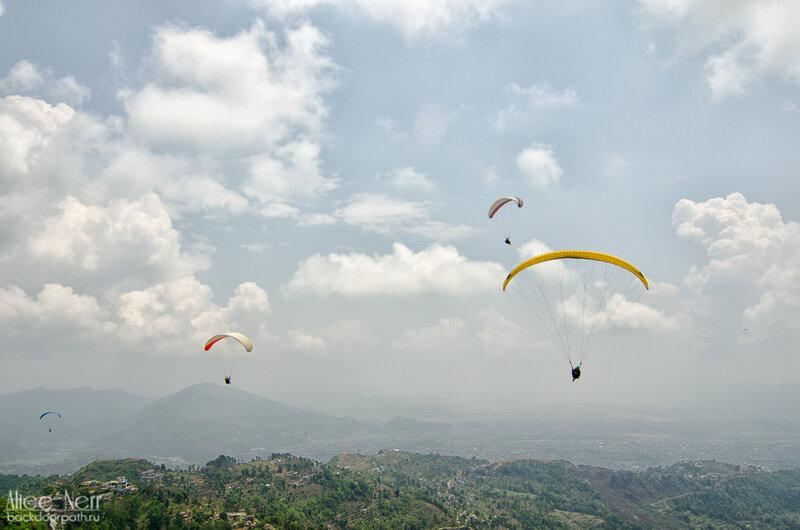 Парапланы в небе в покхаре