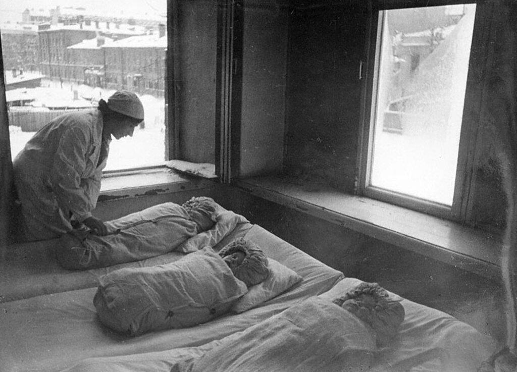 Год рождения 1942-й. (Врач-консультант Л.Г.Мыскова со спящими новорожденными детьми в детских яслях № 248 Свердловского района). 1942 г. Ленинград.