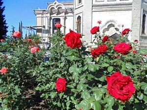 Крым, май у храма Архистратига Михаила в Алупке
