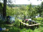 Обед у ручья на стоянке рыбаков