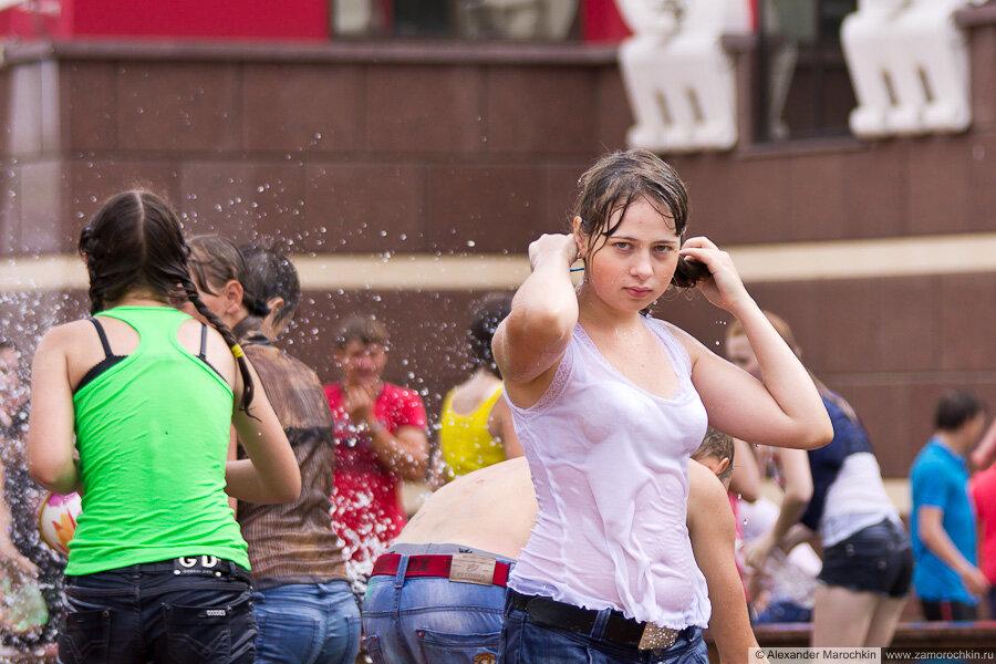 Девушка-участница водного батла в мокрой одежде