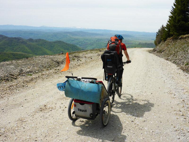 велопоход с ребенком с велокреслом и велоприцепом thule Chariot cougar
