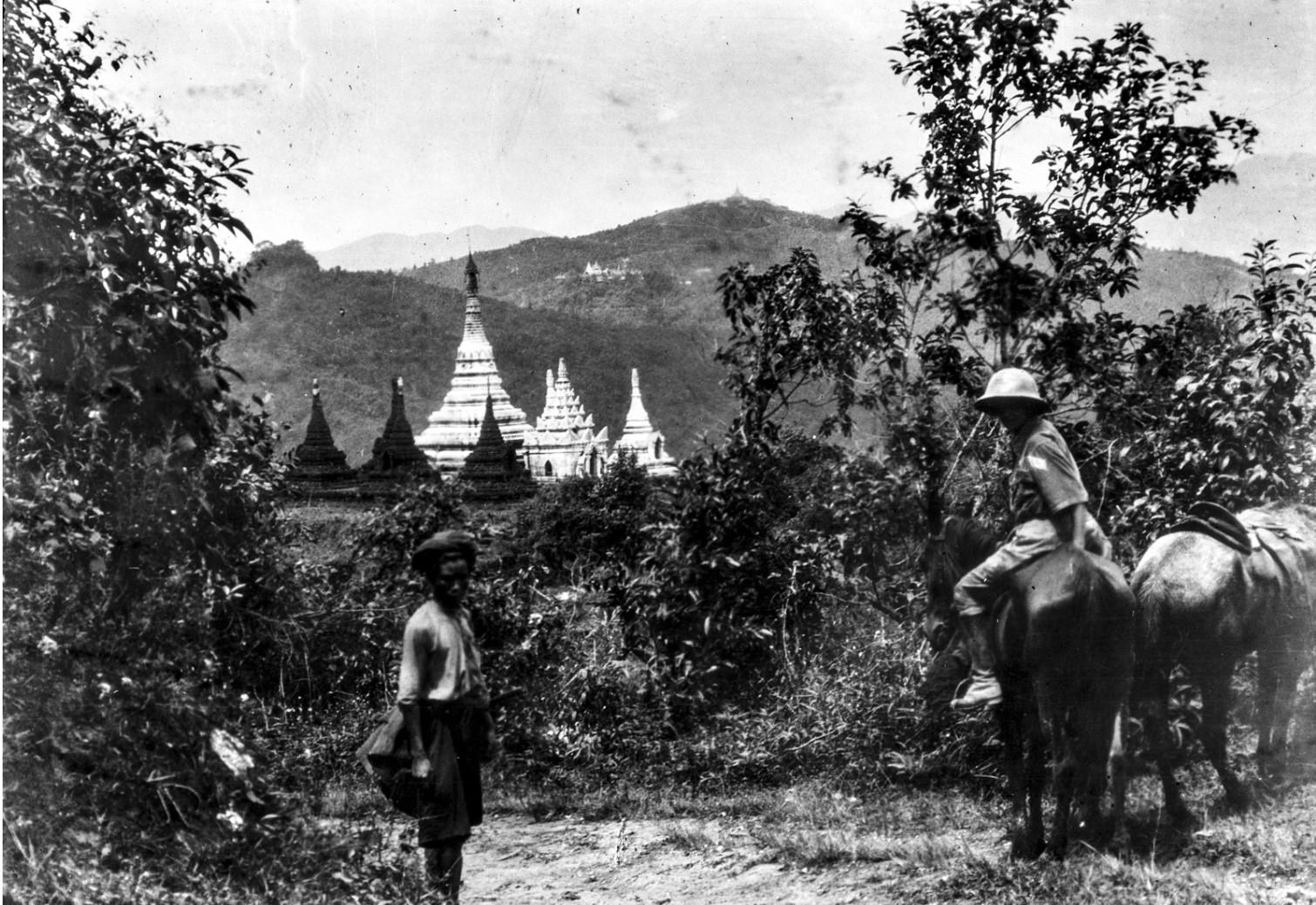 891. Энджо фон Эйкштедт верхом на муле перед храмом на земле палаунгов вблизи Нансхана