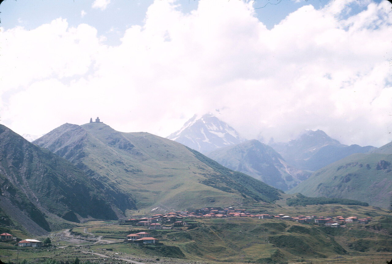 По дороге на Орджоникидзе. Долина Терека. Гора Казбек и село Казбеги