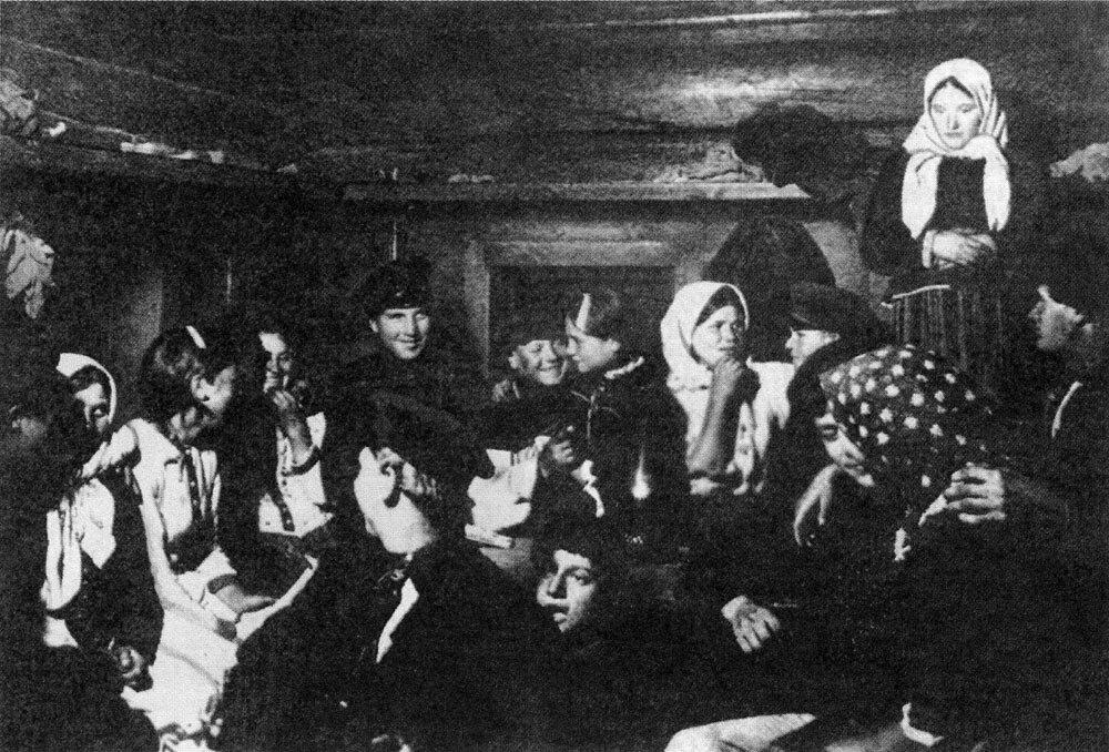 На посиделках. Тотемский уезд, Вологодская губ. 1910 г.