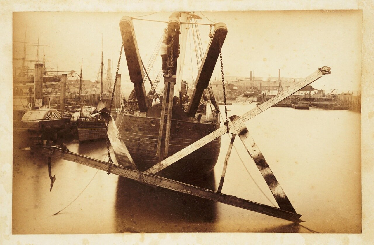 Фотография обломков рухнувшего моста, а так же кораблей и гавани