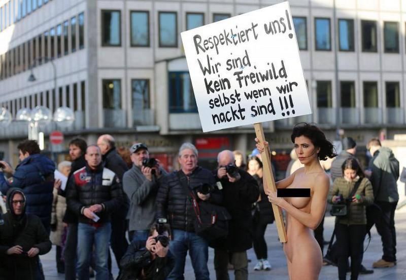Протестуя против насилия со стороны мигрантов швейцарская художница разделась в центре Кельна