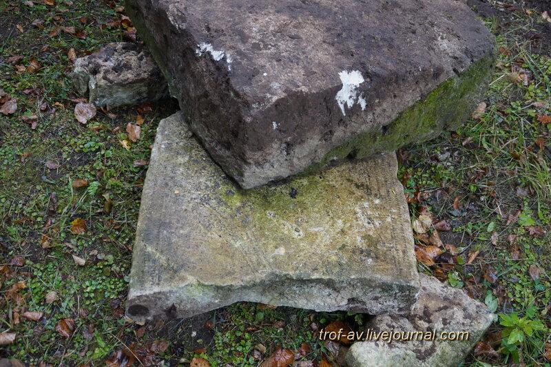 Вилообразный (y-образный) крест на старинном надгробии на территории церкви Воскресения Словущего в Васильевском