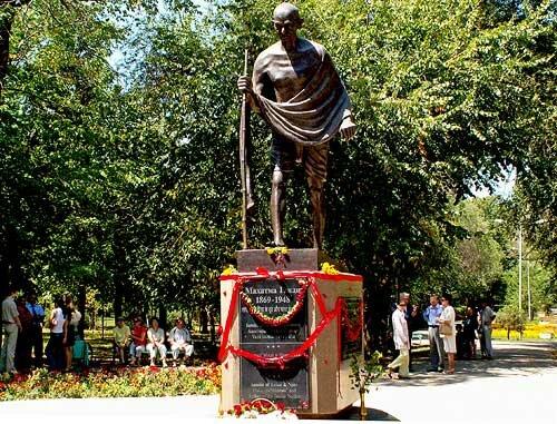 Памятник Ганди в Алматы