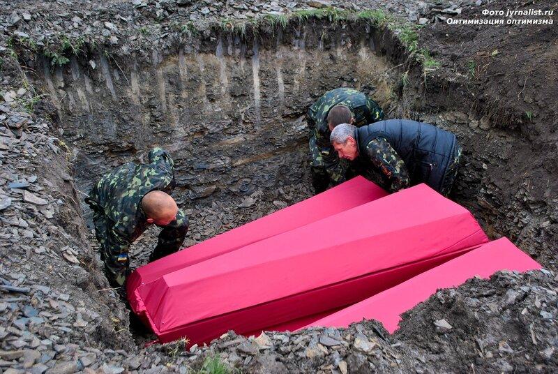 Перезахоронение советских солдат в селе Дьяковое Антрацитовского района