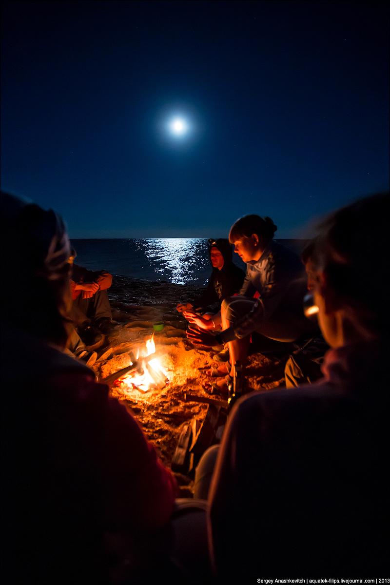 Полная луна. Пляж. Костер