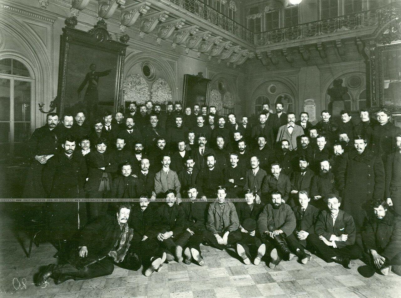 Группа выборщиков Рабочей курии в день выборов в Петровском зале Городской думы