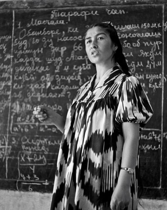 Преподаватель математики ведет урок в школе колхоза «Москва». 1964. Фото: Макс Альперт