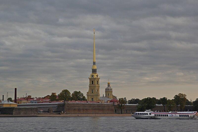 Петропавловская крепость и прогулочный катер Img_7966