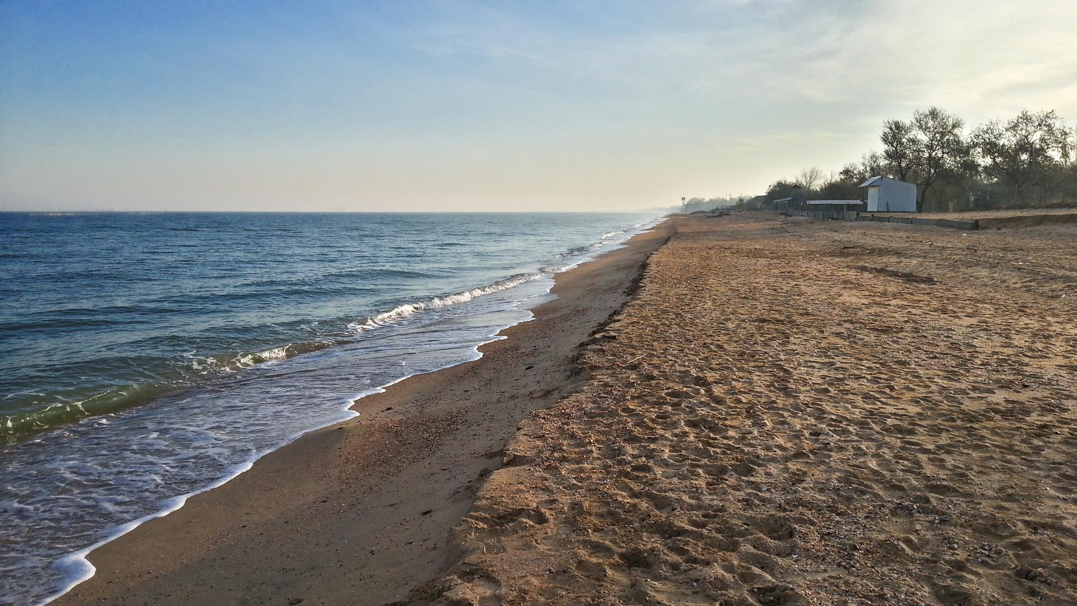 Голубицкая. Берег Азовского моря в почти декабре. Утро. Народу мало. В дали, в море, виден нефтеналивной терминал.