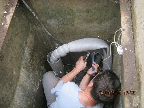 Соединяю подводную и подземную части водопровода