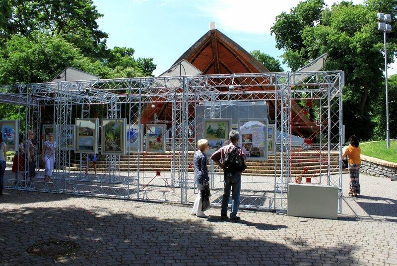 Посетители уличной галереи