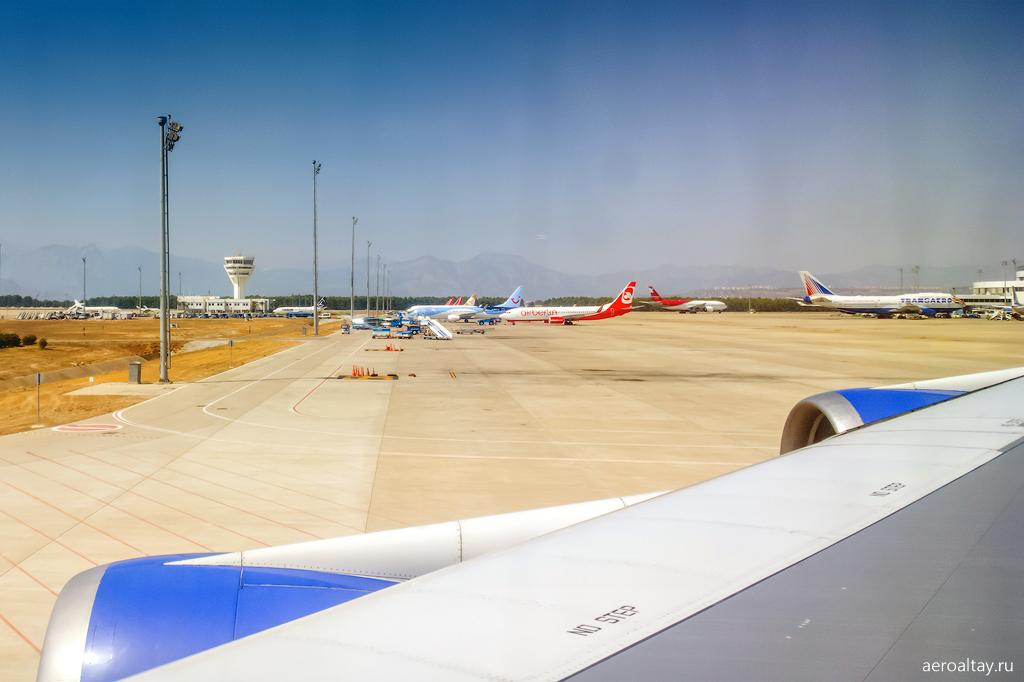 На перроне в аэропорту Анталии