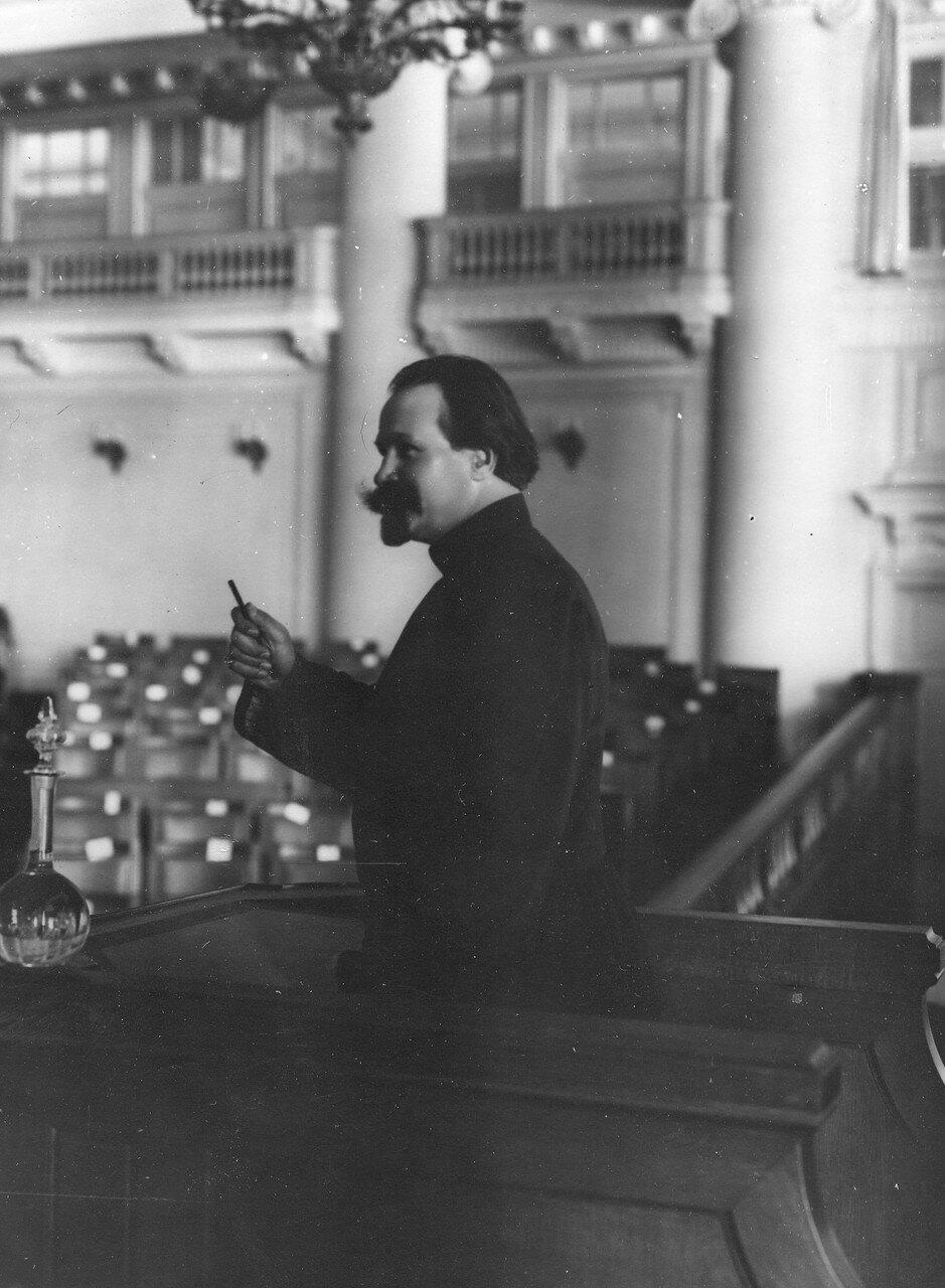 Член Третьей Государственной думы Челышев во время выступления с трибуны зала заседаний Таврического дворца