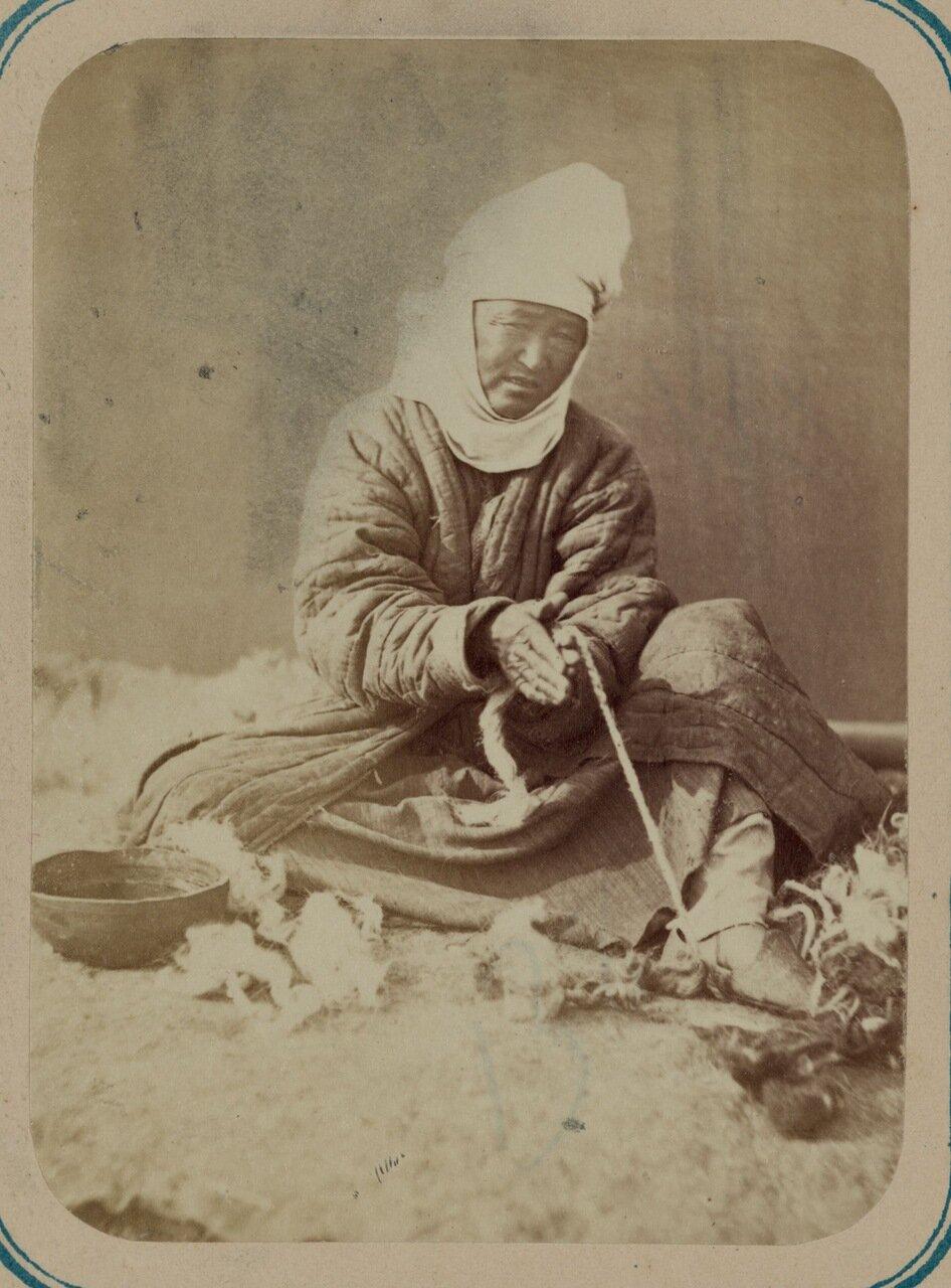 Киргизские промыслы. Сучение веревок из шерсти