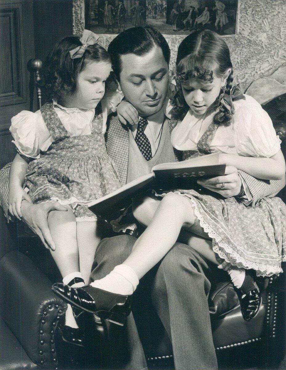 1941. Роберт Янг читает книгу своим дочерям