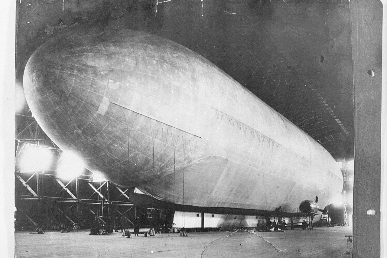 1915, февраль. Дирижабль «Гигант» в ангаре перед первым вылетом