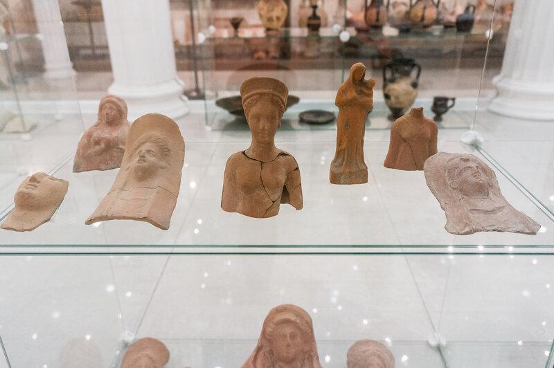 Нагрудные терракотовые изображения богинь