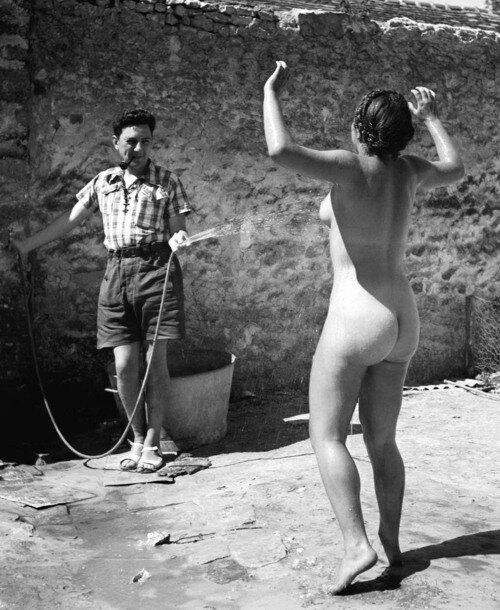 Pierre JametDina nue arrosée, auberge de jeunesse de Villeneuve-sur-Auvers, 1937.-----Pierre JametDina Naked and Splashed, Villeneuve-sur-Auvers Youth Hostel, 1937.