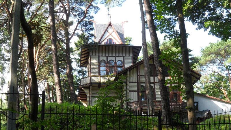 Сказочный домик в сказочном лесу.