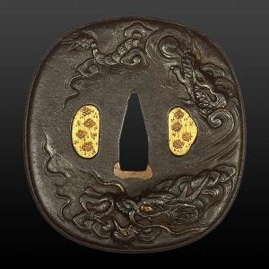 Цуба с изображением нисходящего дракона с языками пламени