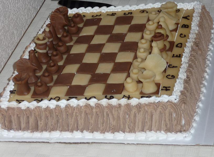Международный день шахмат. Торт в виде шахматной доски с фигурами открытки фото рисунки картинки поздравления