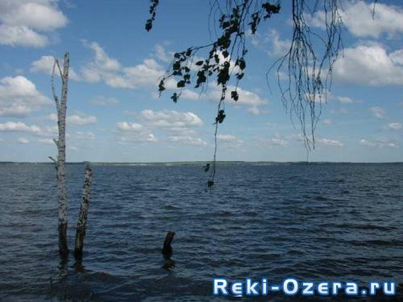 Озеро очень популярно у рыбаков (06.08.2013)