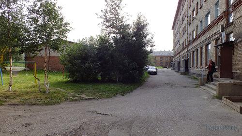Фото города Инта №5434  Двор (восточная сторона дома) Чайковского 4