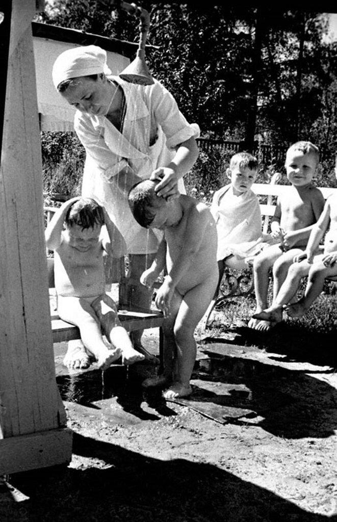 Воспитанники яслей № 233 Выборгского района купаются под душем. Июнь 1944 г. Ленинград.