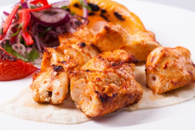 Ингредиенты: куриное филе (или другие порционные части) 1яйцо 5–6ст.л. майонеза соль иперец 1лу