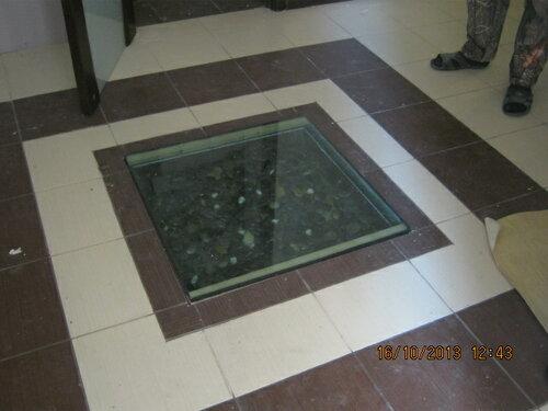 На полу декоративное бронированное стекло, подсвеченное снизу светодиодами