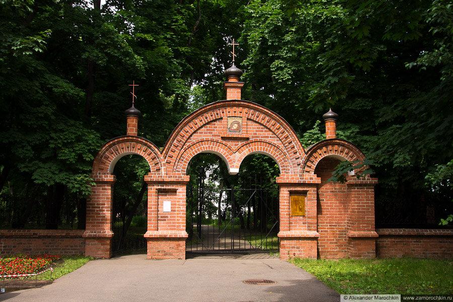 Каменные ворота рядом с храмом Усекновения главы Иоанна Предтечи в Коломенском