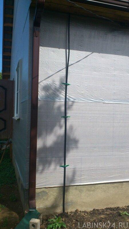 Крепление провода заземления к наружней стене в частном доме
