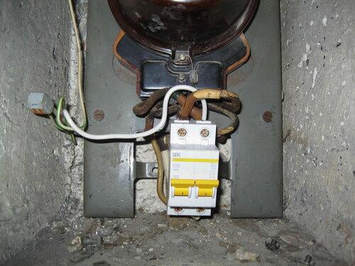 Фото 23. Общий двухполюсный автомат. Вид спереди. Автомат установлен ровно, но от его жёсткого крепления к корпусу щита (с помощью DIN-рейки) пришлось отказаться.
