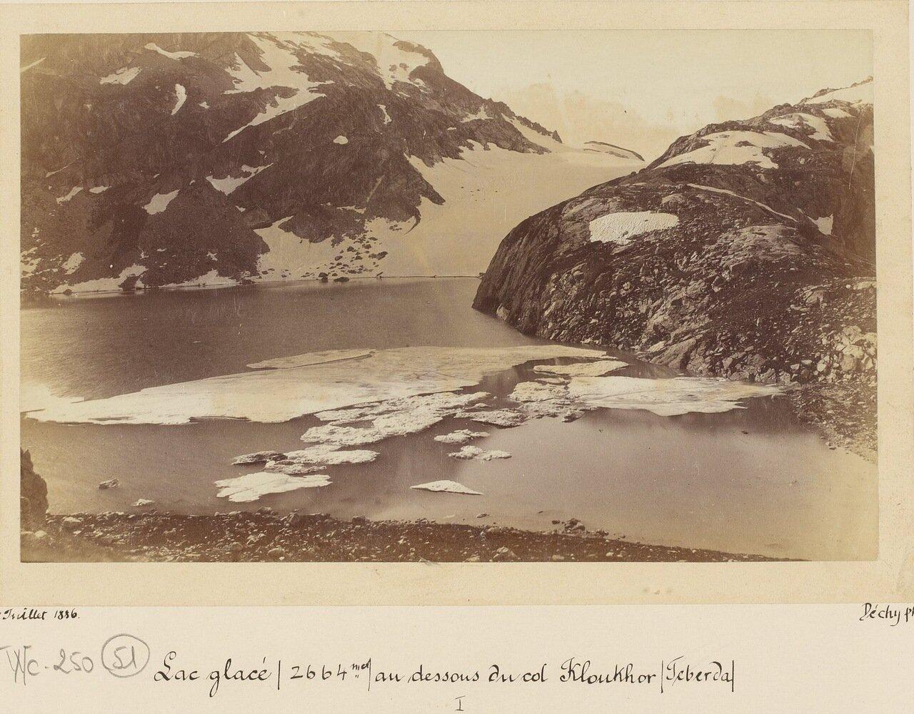 Замерзшее озеро (2664 м.) ниже перевала Клухор