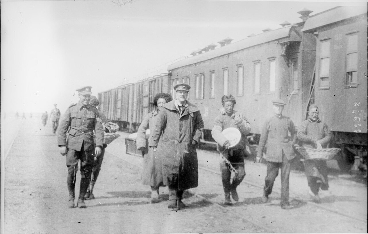 1919. Британские офицеры возвращаются с рынка в одном из городов на Великом Сибирском пути.