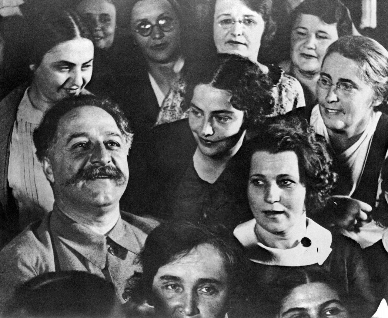 Орджоникидзе с делегатами совещания жён командиров промышленности в Кремле. 1937 год