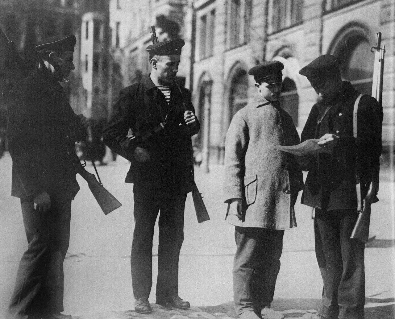 Проверка документов у входа в Смольный.Ноябрь 1917 года.
