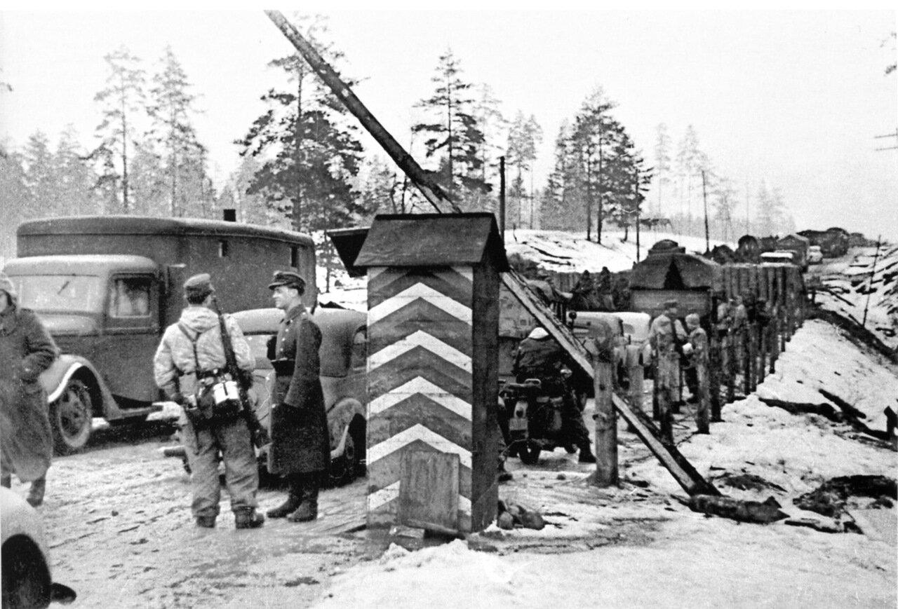 1942. Ленинградская область, немецкие войска на контрольно-пропускном пункте на окраине города