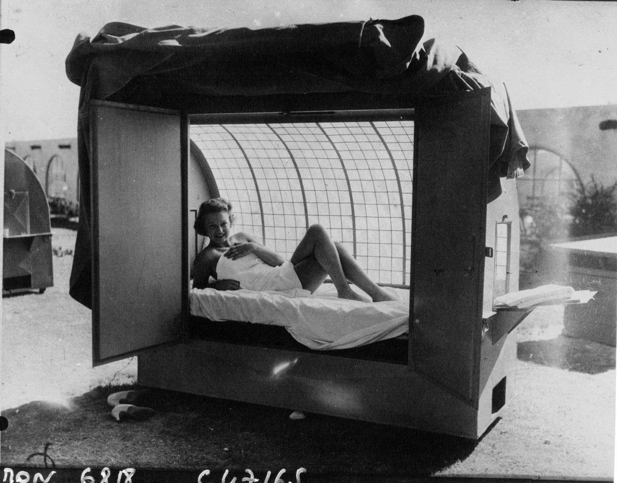 1933. Мазель Бриттон, кинозвезда  проходит курс лечения ультрафиолетом