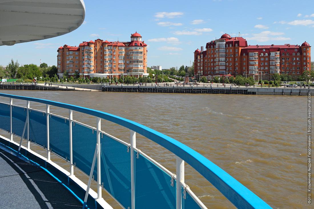 теплоход Русь Великая уходит из Астрахани