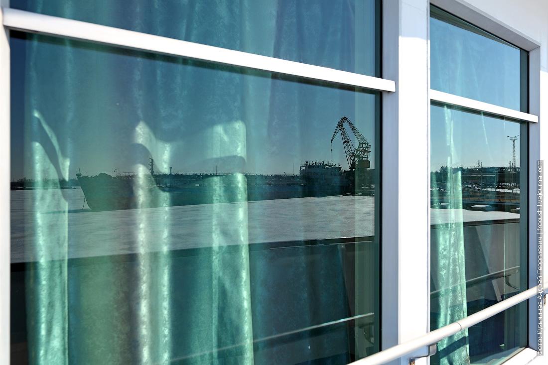 отражение в окне теплохода Дмитрий Фурманов