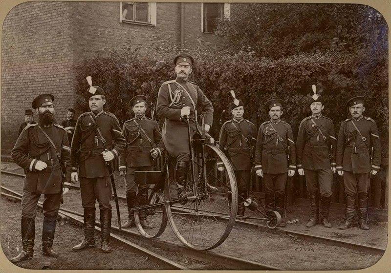 Группа железнодорожныхъ жандармовъ съ офицеромъ на велодрезинѣ. 1890 годъ..jpg