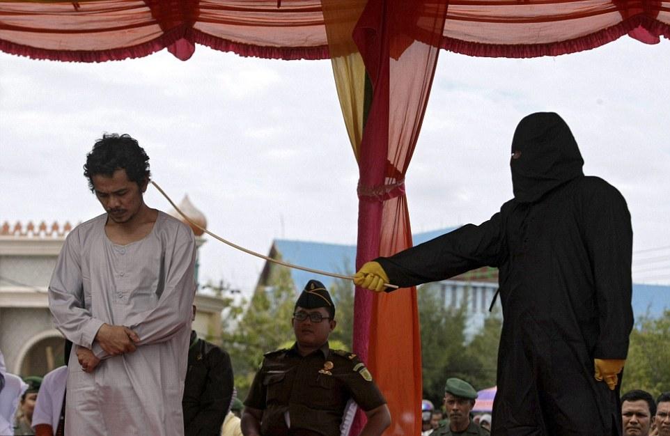 Любителей азартных игр в Индонезии придают публичной порке